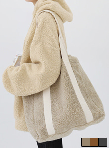 66GIRLSContrast Strap Sherpa Fleece Shoulder Bag