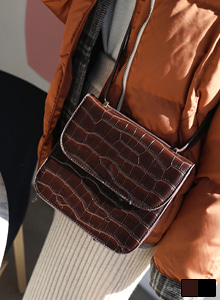 66GIRLSCrocodile Texture Square Crossbody Bag