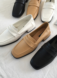 66GIRLSSquare Toe Strap Loafers