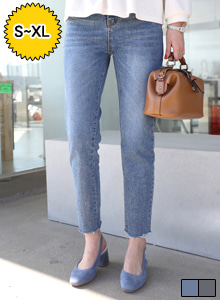 66GIRLSRaw Hem Straight Cut Jeans