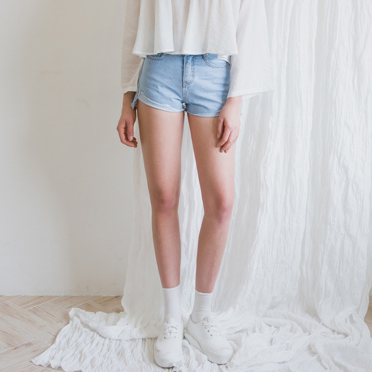 ROMANTIC MUSEAsymmetrical Hem Denim Shorts