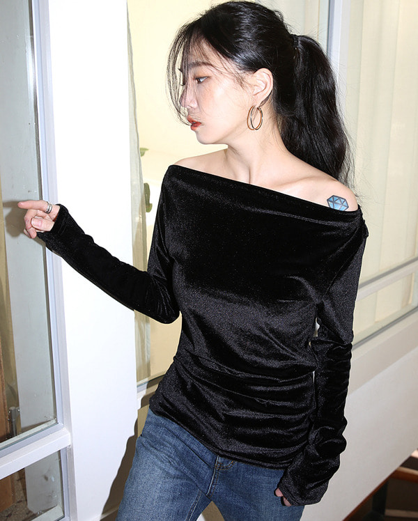 a off-shoulder velvet shirring T