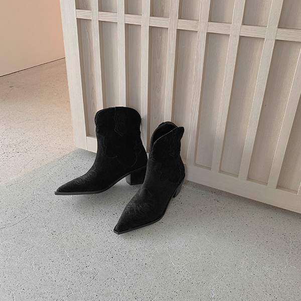 Stitch Accent Snip Toe Cowboy Boots