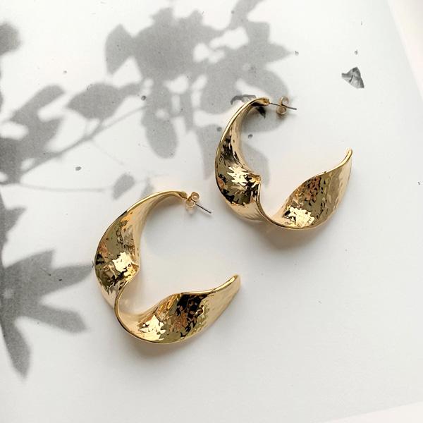 扭結感曲面造型金屬耳飾