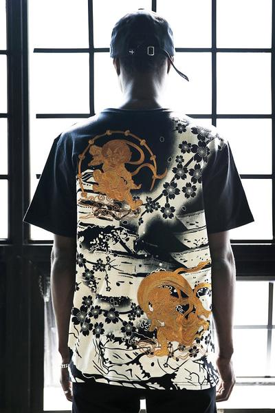 ByTheR風神雷神刺繍花柄プリントTシャツ