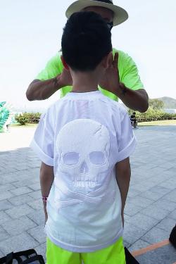 ByTheRファーリーバックスカルキッズTシャツ(ホワイト)