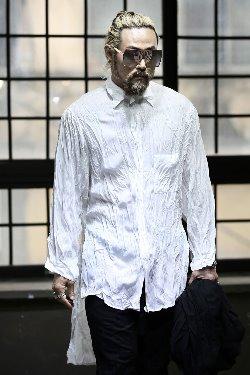 ByTheRアンバランスヘムクリンクルシャツ