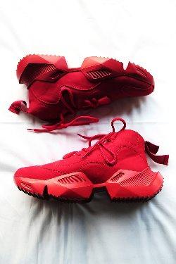 艳丽皮质休闲运动鞋