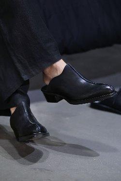 黑色皮革包头鞋