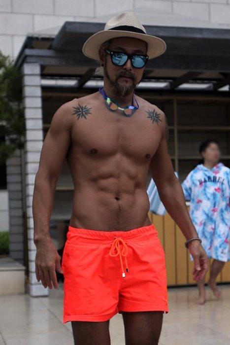 ByTheRByTheR骷髏刺繡霓虹色彩沙灘短褲