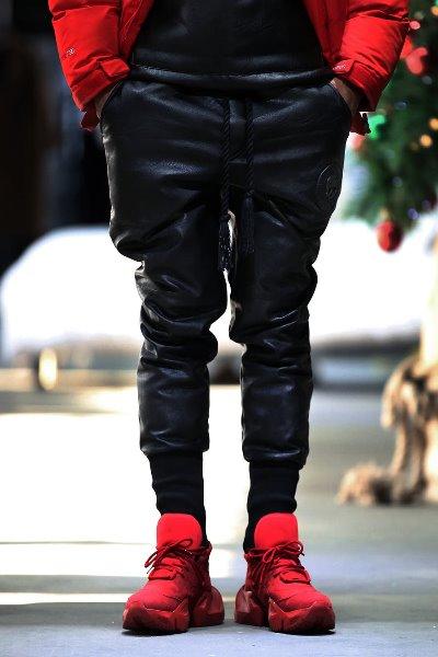 ByTheRByTheR黑色涂层缝线加绒皮质慢跑裤