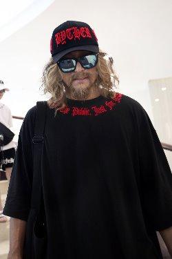 ByTheRByTheR領口紅色標語刺繡寬鬆版T恤