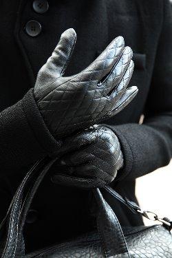 ByTheRByTheR 菱格壓紋純色皮革手套