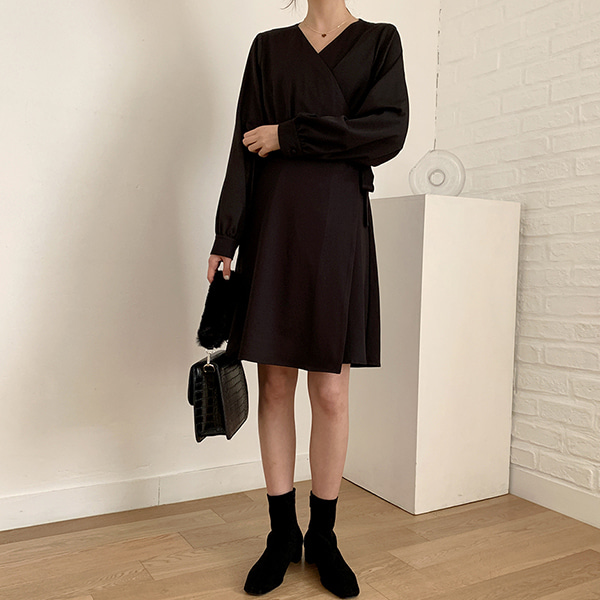 暗釦V領穿插式綁帶純色洋裝
