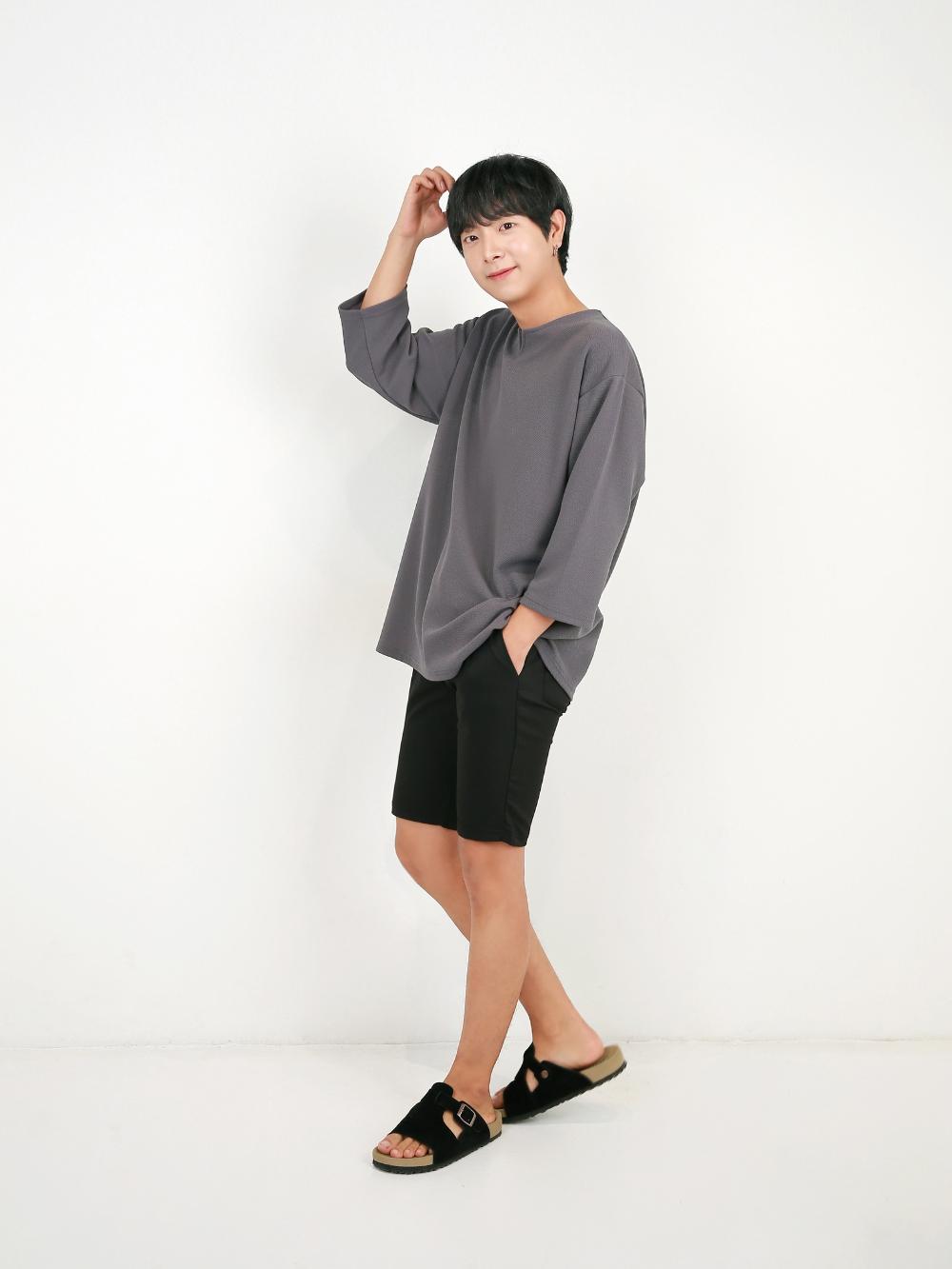 반팔 티셔츠 모델 착용 이미지-S1L54