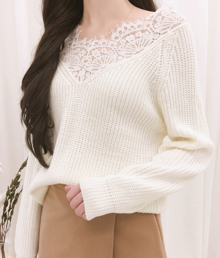 ROMANTIC MUSELace Neckline Knit Top