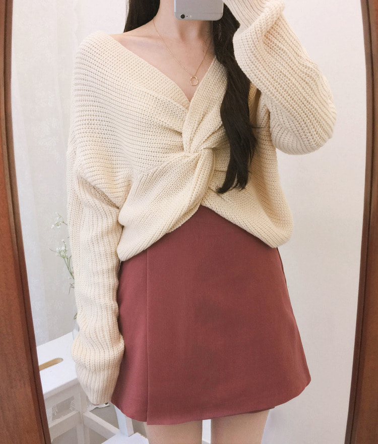 ROMANTIC MUSETwist Front Cropped Knit Top