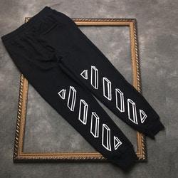 105976 시그니처 초크스케치 프린트 트레이닝 팬츠 (Black)