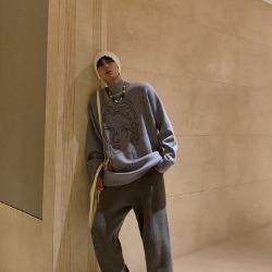 111134 옴므 자수 루즈핏 긴팔 니트 스웨터(Blue)