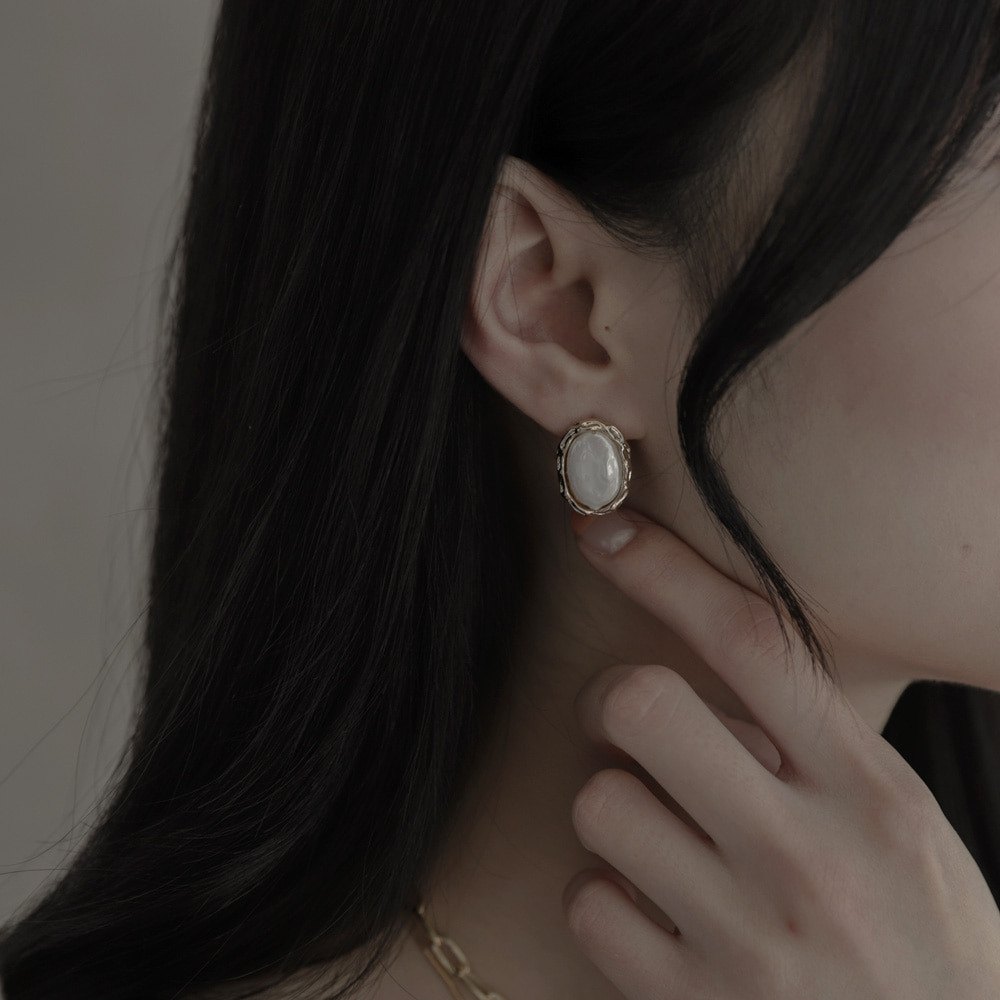 9642 vintage shell earrings